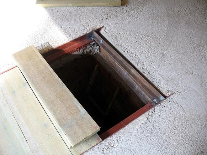 Уголок для укрытия смотровой ямы доской