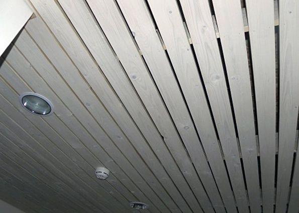 Подходит ли деревянный потолок по требованиям безопасности