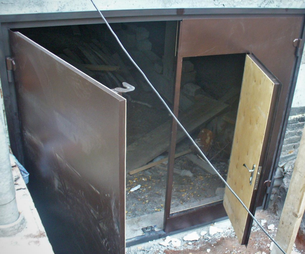 металлические распашные ворота в гараж