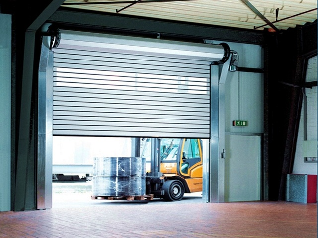 Превосходство рулонных ворот в гараж